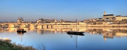 Blois reflektierte sich im Fluss Lizenzfreie Stockbilder
