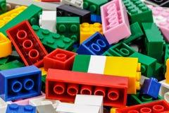 blok cegły ostrzą ostrość odizolowywającą blisko plastikowego selekcyjnego zabawkarskiego biel Fotografia Stock