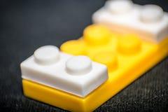 blok cegły ostrzą ostrość odizolowywającą blisko plastikowego selekcyjnego zabawkarskiego biel Zdjęcia Stock