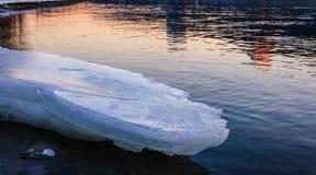 Blok die van ijs op de kust smelten Royalty-vrije Stock Foto's