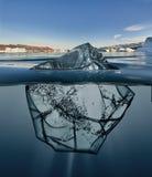 Blok lód z podwodnym widokiem i Greenland tłem Obrazy Stock