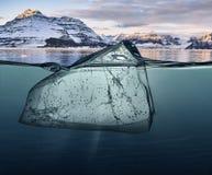 Blok lód z podwodnym widokiem i Greenland tłem Fotografia Stock