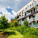 Blok mieszkalny w pięknym jawnym parku Obraz Royalty Free