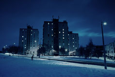 Blok mieszkalny w zimie przy nocą Zdjęcie Stock