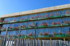 Blok mieszkaniowy z krzaków plantatorami w jesieni Obraz Stock