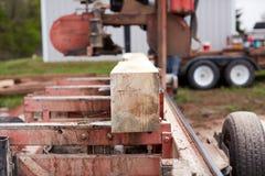 blok of straal van hout die worden gemalen stock fotografie