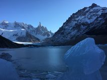 Blok van ijs en Fitz Roy-heuvel op de achtergrond Royalty-vrije Stock Foto