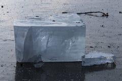 Blok van ijs op meer in Centraal Polen stock afbeeldingen