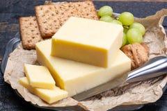 Blok van oude cheddarkaas, het populairste type van kaas binnen stock fotografie