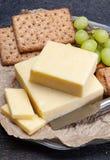 Blok van oude cheddarkaas, het populairste type van kaas binnen royalty-vrije stock foto's