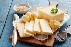 Blok van verse boter op houten scherpe raad royalty-vrije stock foto