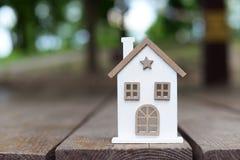 Blokhuis dat een klein stuk speelgoed bouwt stock foto