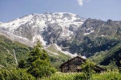 Blokhuis in de Alpen stock afbeeldingen