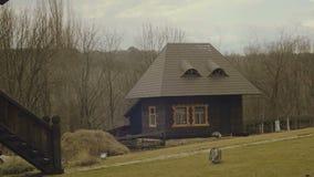 Blokhuis dichtbij het hout Rook die uit chimeney komen De vroege Lente stock video