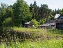 Blokhuis door de Rivier in het gras stock afbeeldingen