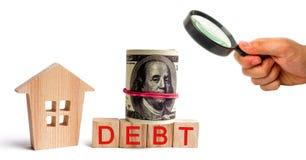 Blokhuis en de inschrijvingsschuld en dolars Onroerende goederen, huisbesparingen, het concept van de leningenmarkt Betaling van  royalty-vrije stock fotografie
