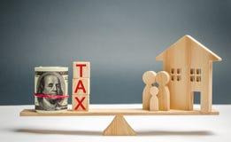 Blokhuis en familie met de de inschrijvings 'Belasting op de schalen Belastingen op onroerende goederen, betaling Sanctie, schuld royalty-vrije stock foto's