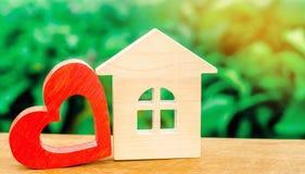 Blokhuis en rood hart Concept zoet huis Bezit insurance Familiecomfort Betaalbare huisvesting voor jonge families stock afbeelding