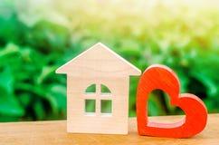 Blokhuis en rood hart Concept zoet huis Bezit insurance Familiecomfort Betaalbare huisvesting voor jonge families royalty-vrije stock afbeeldingen