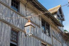 Blokhuis en streeplamp in middeleeuwse Honfleur in Normandië, Frankrijk royalty-vrije stock afbeeldingen