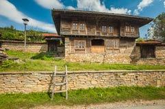 Blokhuis in het dorp Zheravna van Balkan Zonnige dag in September Stock Fotografie