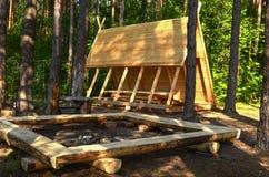 Blokhuis, hut in het bos voor toeristen, vissers en jagers voor rust en het koken stock illustratie