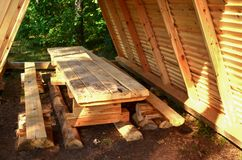 Blokhuis, hut in het bos voor toeristen, vissers en jagers voor rust en het koken vector illustratie