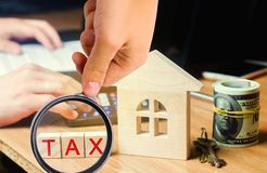 Blokhuis met de inschrijving 'Belasting ' Belastingen op onroerende goederen, betaling Sanctie, schuldvorderingen Register van be royalty-vrije stock foto's