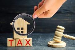 Blokhuis met de inschrijvings` Belasting ` en de rechters` s hamer Belastingen op onroerende goederen, betaling Sanctie, schuldvo stock fotografie