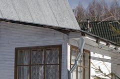 Blokhuis met downspout en schoorsteen royalty-vrije stock afbeelding