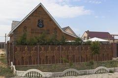 Blokhuis met een wapenschild en een inschrijving op de voorgevel` Eer en moed boven het leven ` in Vitino-dorp, Saki-district, C Royalty-vrije Stock Fotografie