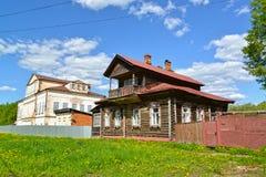 Blokhuis met mezzanine en het steenherenhuis van de 19de eeuw Uglich, Yaroslavl-gebied stock afbeelding