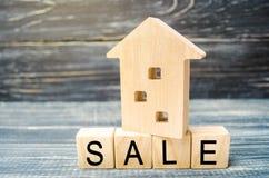 Blokhuis op een zwarte achtergrond met de inschrijvingsverkoop verkoop van bezit, onroerende goederen huis, Betaalbare huisvestin royalty-vrije stock afbeelding