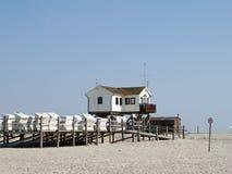 Blokhuis op het strand Stock Foto's