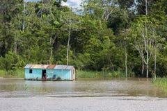 Blokhuis op stelten langs de rivier van Amazonië en het regenwoud, B Stock Foto