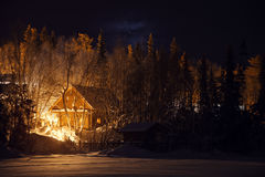 Blokhuis in sneeuwbos bij de winternacht royalty-vrije stock fotografie