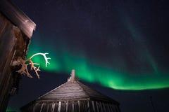 Blokhuis, yurt hut op de achtergrond de polaire Noordelijke aurora borealislichten Stock Afbeeldingen