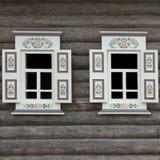 Blokhuismuur met Twee Siervensters stock afbeelding