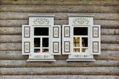 Blokhuismuur met Twee Siervensters stock afbeeldingen