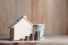 Blokhuisspaarvarken met dollargeld en muntstuk op houten lusje Stock Fotografie