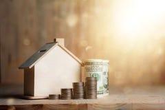 Blokhuisspaarvarken met dollargeld en muntstuk op houten lusje Royalty-vrije Stock Foto