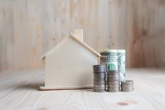 Blokhuisspaarvarken met dollargeld en muntstuk op houten lusje Stock Afbeelding