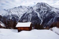 Blokhuistribunes op een heuvel die de Alpen in Oostenrijk overzien stock afbeelding