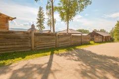 Blokhuizen in de straat in dorp. Een museum van houten architectuur van Taltsy. Royalty-vrije Stock Foto's