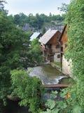 Blokhuizen door het water in Kroatië Stock Afbeeldingen