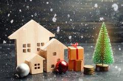 Blokhuizen en Kerstboom Kerstmisverkoop van Real Estate Nieuwjaarkortingen voor het kopen van huis Aankoopflats bij laag royalty-vrije stock foto