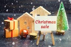 Blokhuizen en Kerstboom met de Verkoop van inschrijvingskerstmis Kerstmisverkoop van Real Estate Nieuwjaarkortingen voor het kope stock fotografie