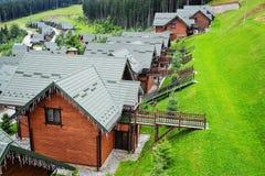 Blokhuizen met groene daken in de Karpatische bergen ukraine royalty-vrije stock afbeelding