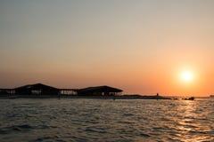 Blokhuizen over een zoute lagune in Playa Gr Tunco, Gr Sa worden gebouwd die Stock Afbeeldingen