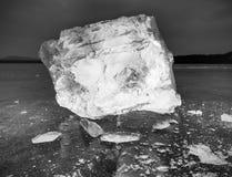 Bloki jaśnienie śnieg na brzeg i lód Miażdżący lód i floes Zdjęcia Royalty Free